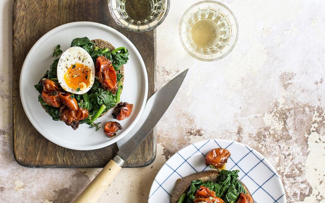 Crostoni con uova, spinaci e pomodorini